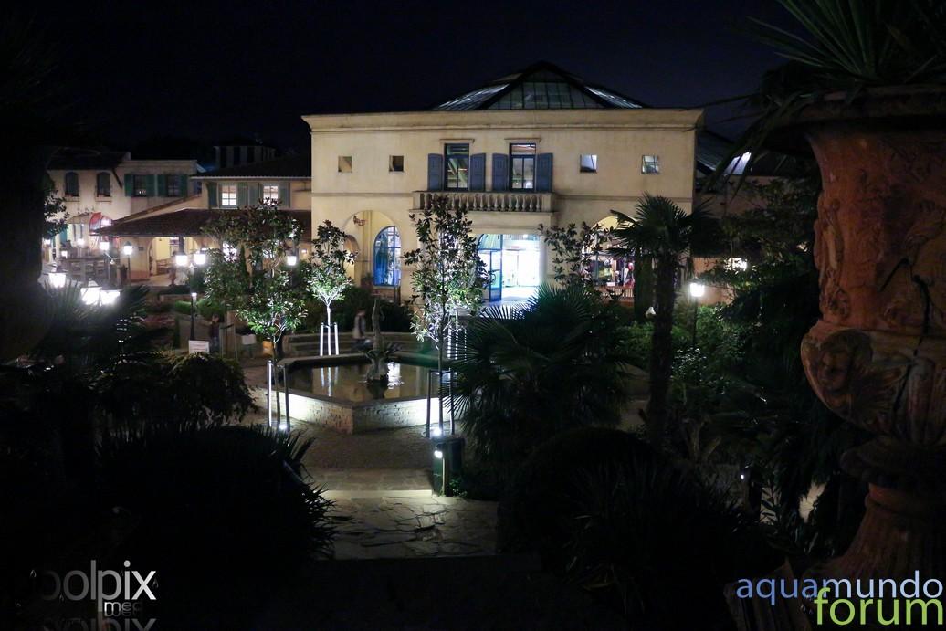 Market Square Center Parcs De Eemhof Bij schemering en avond-7.jpg